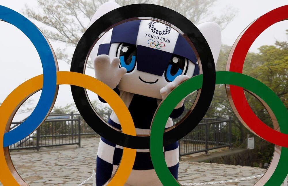 東京都八王子市の高尾山山頂に設置された五輪モニュメントの除幕式で、モニュメントのそばでポーズをとる五輪マスコットのミライトワ