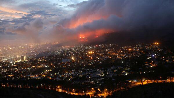 南アフリカ・ケープタウンの「テーブルマウンテン国立公園」で発生した森林火災 - Sputnik 日本