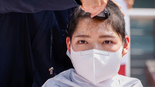 韓国の大学生30人以上が丸刈りに 日本の原発処理水海洋放出に抗議  - Sputnik 日本