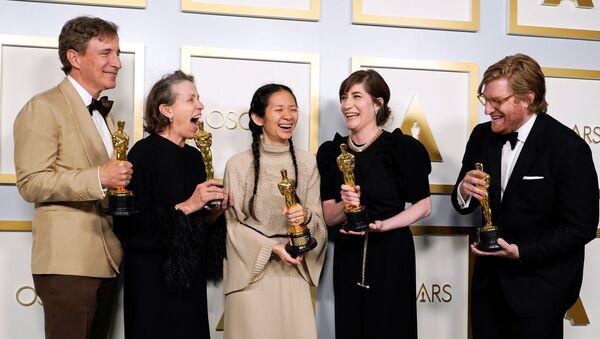 第93回アカデミー賞授賞式で、最優秀作品賞を受賞した映画『ノマドランド』のスタッフと出演者ら。(左から)ピーター・スピアーズ氏、フランシス・マクドーマンド氏、クロエ・ジャオ氏、モリー・アッシャー氏、ダン・ジャンベイ氏 - Sputnik 日本