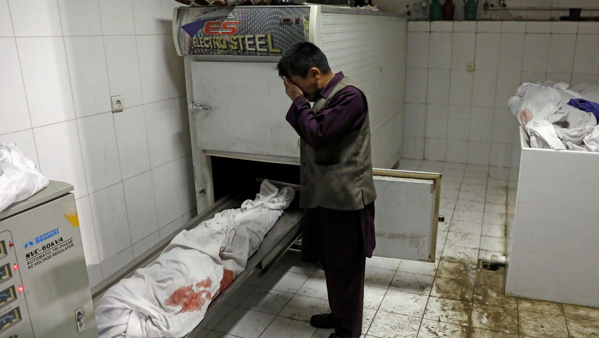 Мужчина плачет над телом дочери, погибшей в результате взрыва в Кабуле, Афганистан - Sputnik 日本, 1920, 09.05.2021