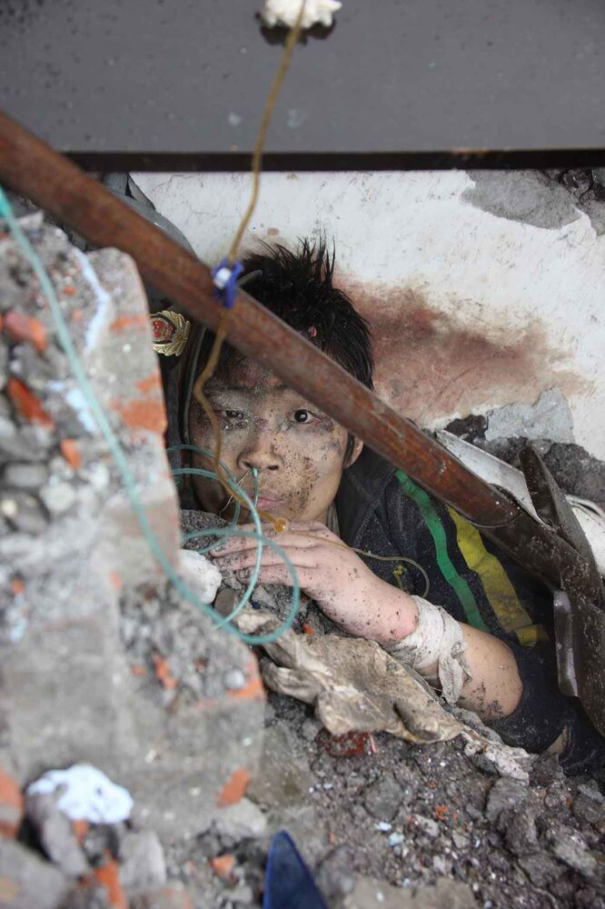 地震発生の翌日、四川省北川県の中学校で救助を待つ子供