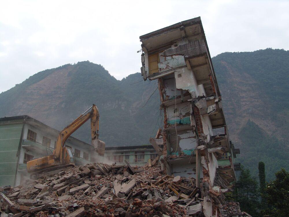 四川省で、解体工事が行われる地震で崩壊した建物