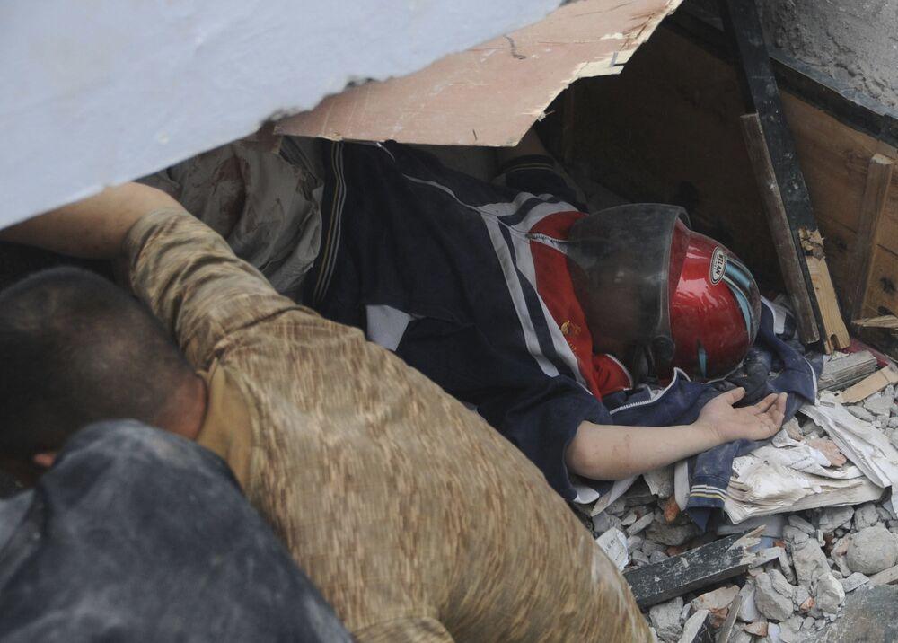 四川省都江堰市の中学校で、生徒の救出活動にあたる救助隊員