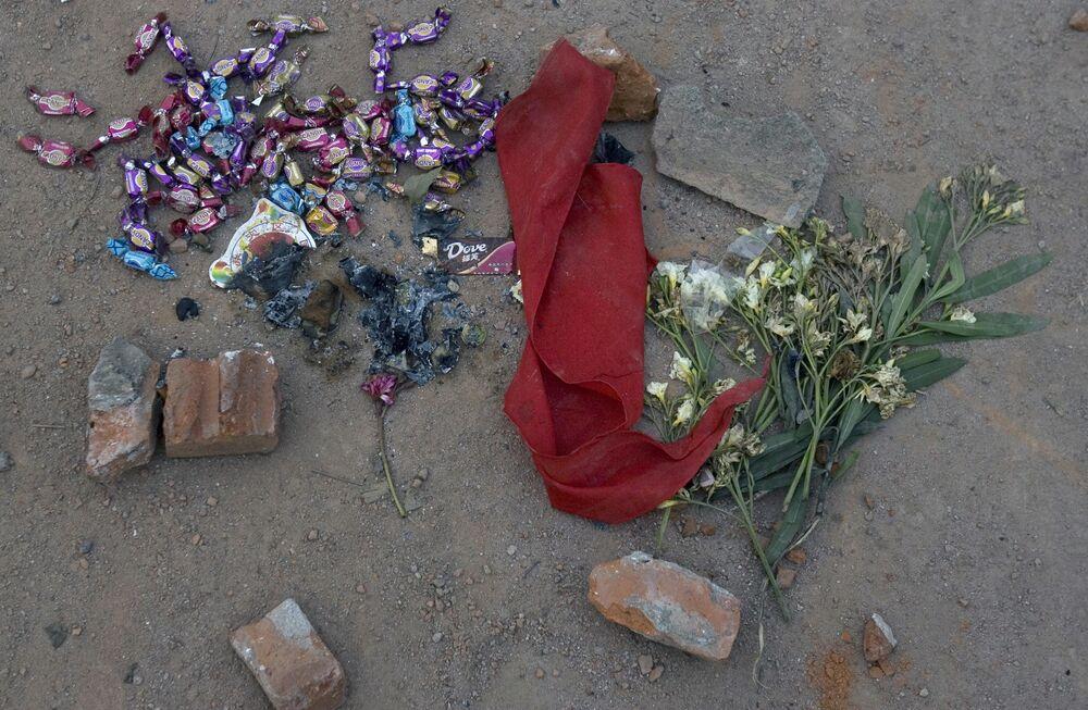 地震の被害に遭った四川省漢旺で、多くの生徒が生き埋めになった中学校に供えられた花とお菓子