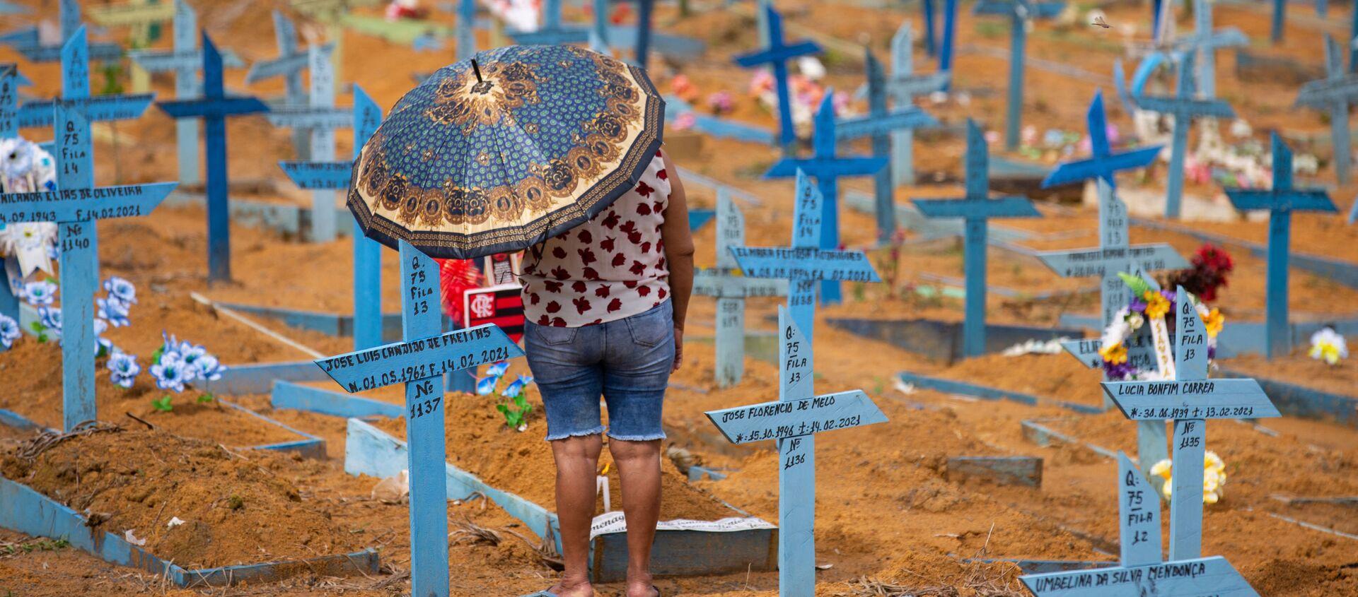Женщина на кладбище Носа-Сеньора-Апаресида в День матери в Манаусе, штат Амазонас, Бразилия - Sputnik 日本, 1920, 19.05.2021