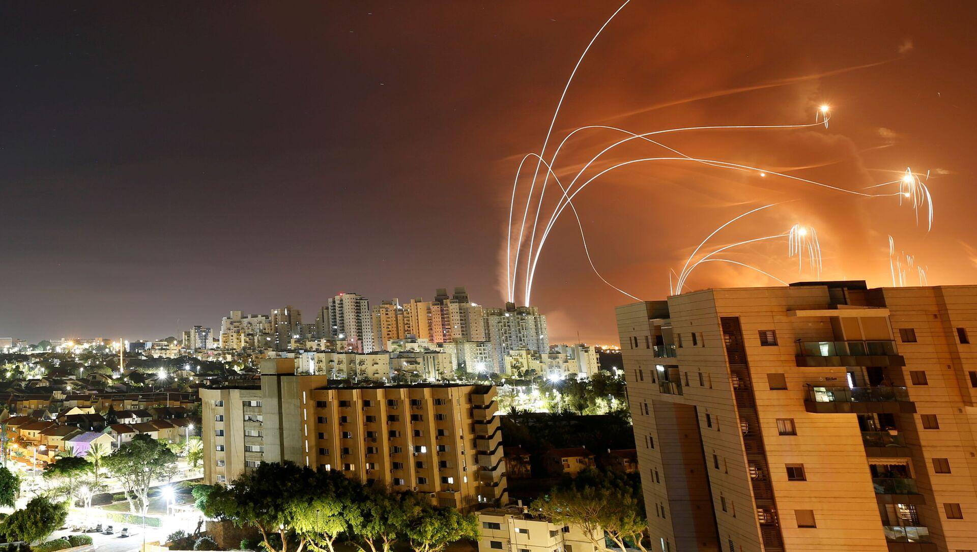 Израильская противоракетная система Iron Dome перехватывает ракеты, запущенные из сектора Газа - Sputnik 日本, 1920, 17.05.2021
