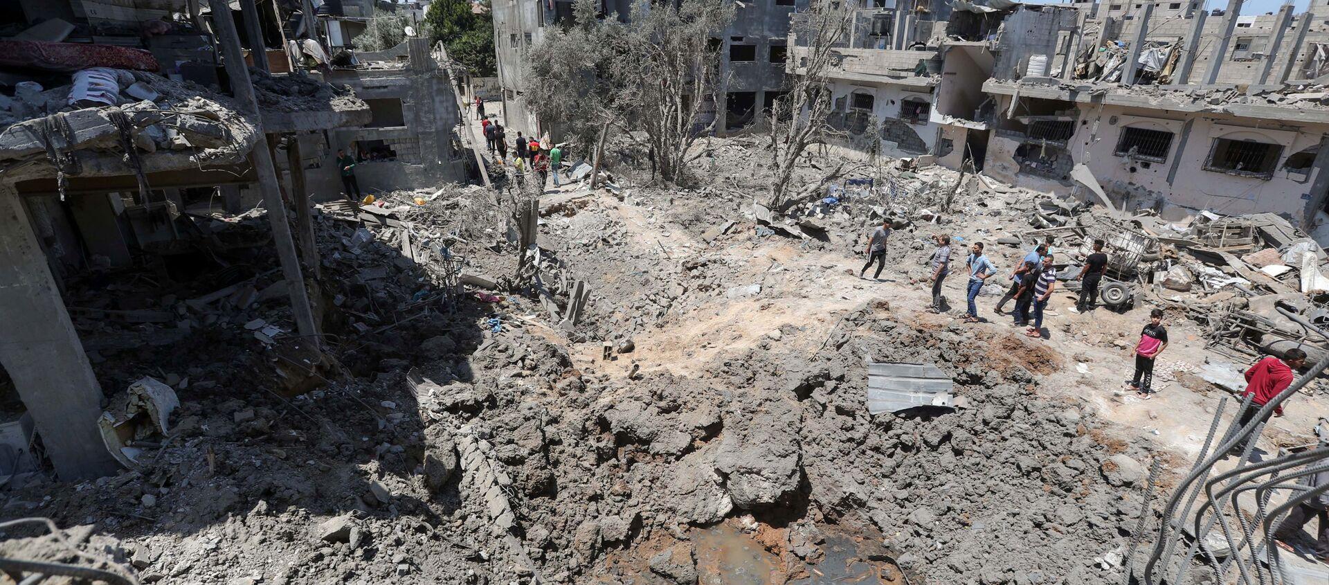 Палестинцы собираются на месте разрушенных домов после израильских авиационных и артиллерийских ударов в секторе Газа - Sputnik 日本, 1920, 16.05.2021