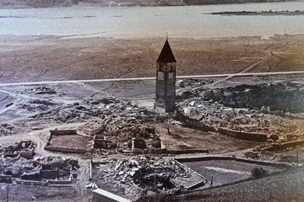 レジア湖に沈む前のクロン村の様子。中央に鐘楼が見える - Sputnik 日本