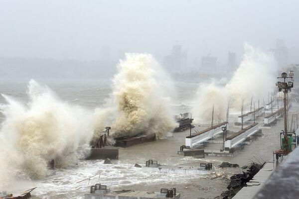 大型ハリケーン「タウテ」が上陸したインド・ムンバイの沿岸部を襲う高波 - Sputnik 日本