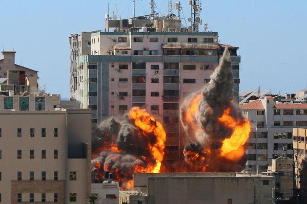 パレスチナ自治区ガザ地区で、イスラエル軍の空爆を受けたAP通信社とアルジャジーラのオフィスが入るビル - Sputnik 日本