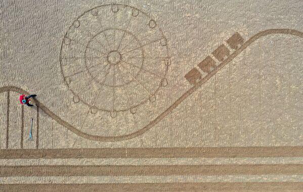 英イングランドのノースウェスト・イングランドで、ロックダウン規制が緩和されたことをアピールするためにビーチに描かれた砂の絵 - Sputnik 日本