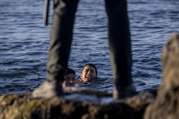 スペイン海外領土・セウタのモロッコとの国境地点で、移民が到着するのを待つスペインの民間警備員 - Sputnik 日本