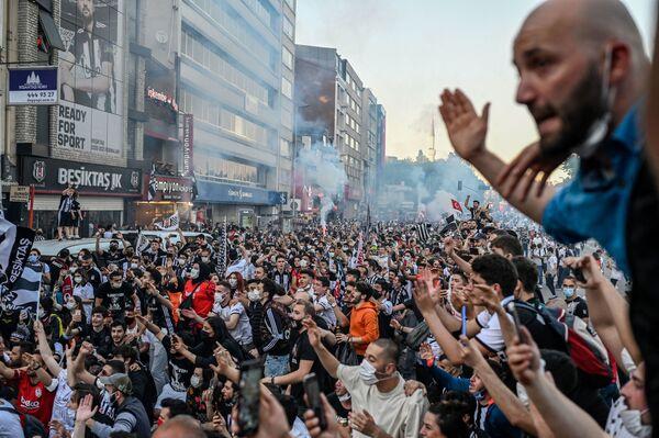 トルコ・イスタンブールで、サッカーチーム「ベシクタシュ」のリーグ優勝を祝うサポーターら - Sputnik 日本