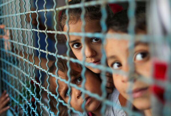 パレスチナ自治区ガザ地区で、イスラエル軍からの空爆と砲撃で家を後にし、学校へ避難した子どもたち - Sputnik 日本