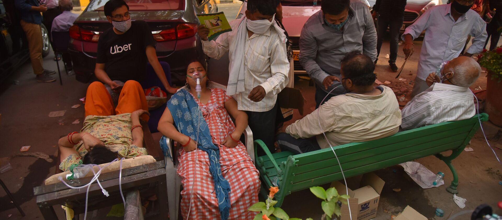 Люди, страдающие от проблем с дыханием, бесплатно получают кислородную поддержку в Гурудваре (сикхском храме) в Дели - Sputnik 日本, 1920, 05.07.2021