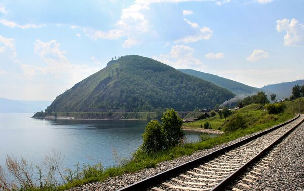 バイカル湖付近の線路 エクスカーション用列車はこのルートを走る  - Sputnik 日本