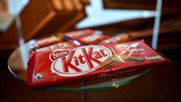 Упаковка вафельного бисквитного батончика в шоколаде торговой марки KitKat представлена в выставочном зале швейцарского пищевого гиганта Nestle в Веве - Sputnik 日本