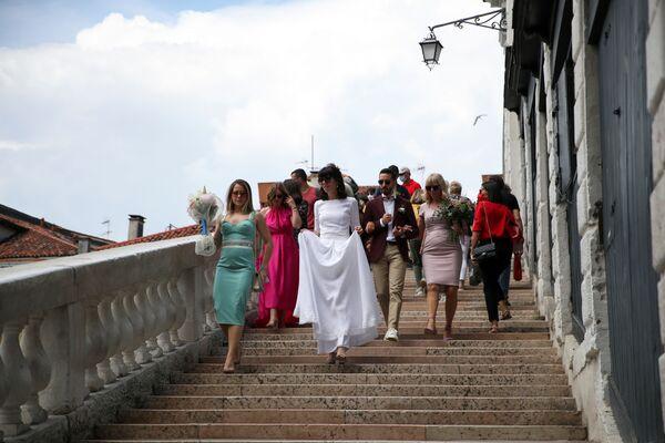 カナル・グランデに架かるリアルト橋の階段を降りる花嫁 - Sputnik 日本