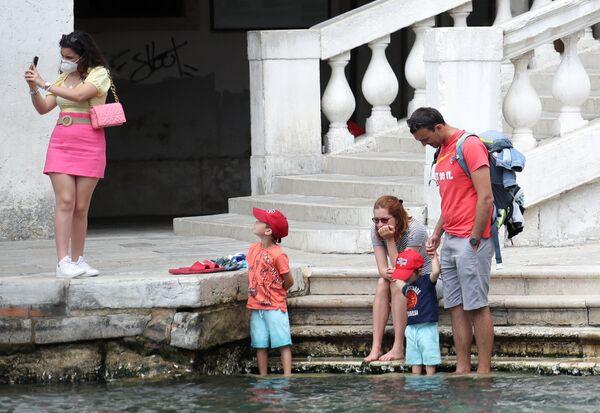カナル・グランデに架かるリアルト橋周辺を散策する観光客ら - Sputnik 日本