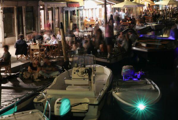 夜間に屋外のレストランやバーで楽しむ人々 - Sputnik 日本