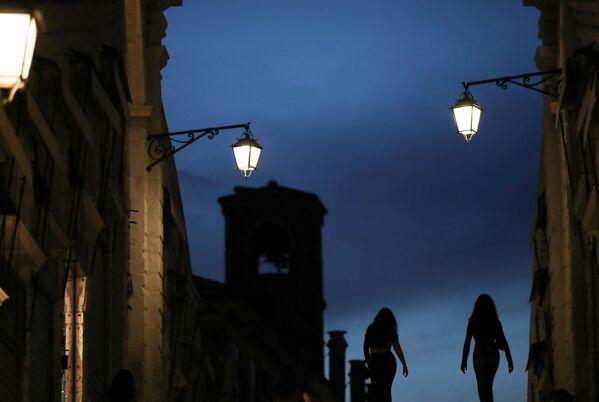 夜間にカナル・グランデに架かるリアルト橋を歩く女性ら - Sputnik 日本