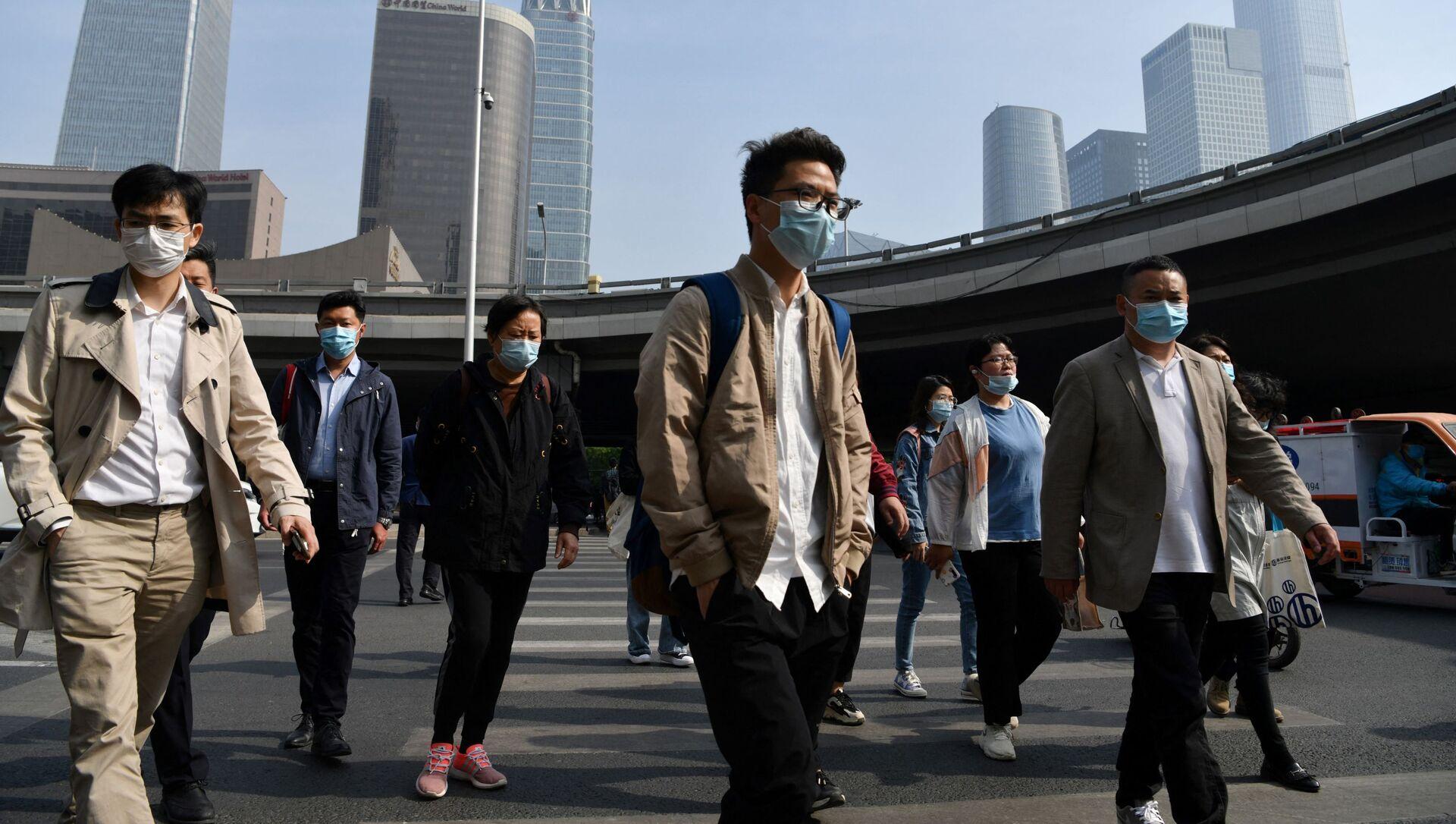Прохожие в медицинских масках на одной из улиц Пекина, Китай - Sputnik 日本, 1920, 19.07.2021