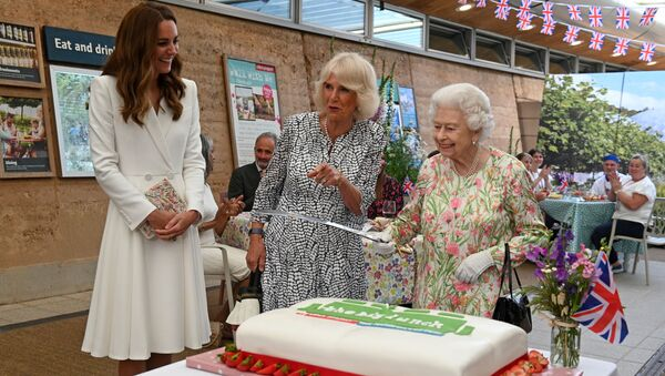 左から順に、ケンブリッジ公爵夫人キャサリン、カミラ・ウェールズ公妃、エリザベス女王 - Sputnik 日本