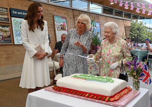 左から順に、ケンブリッジ公爵夫人キャサリン、カミラ・ウェールズ公妃、エリザベス女王
