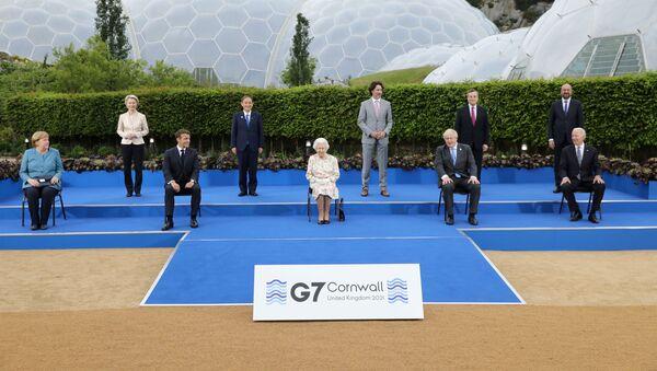 Лидеры стран-участниц саммита G7 во время группового фотографирования в Корнуолле - Sputnik 日本