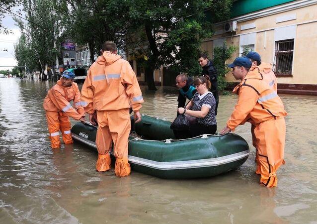 クリミア大雨 ケルチで被害 冠水した道路をボートで移動
