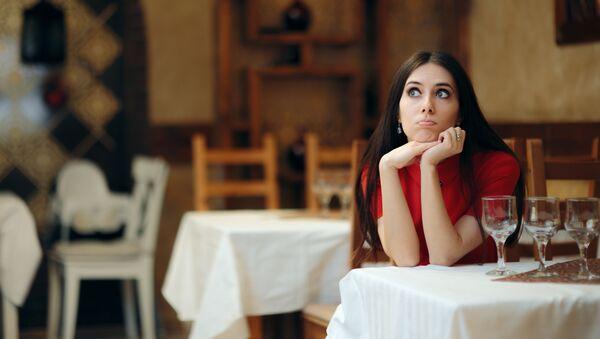 Задумчивая девушка за столиком в ресторане - Sputnik 日本