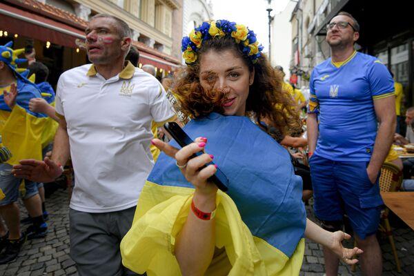 ルーマニア・ブカレストで、グループC第3節、ウクライナ対オーストリアの試合前に市街地でダンスを踊るウクライナのサポーター - Sputnik 日本