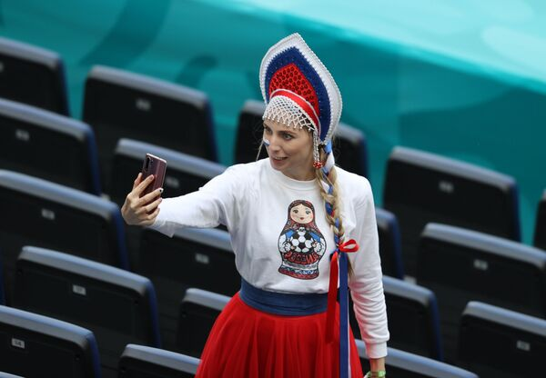 ロシア・サンクトペテルブルクで、グループB第2節、ロシア対フィンランドの試合前にセルフィー(自撮り)を撮るロシアのサポーター - Sputnik 日本