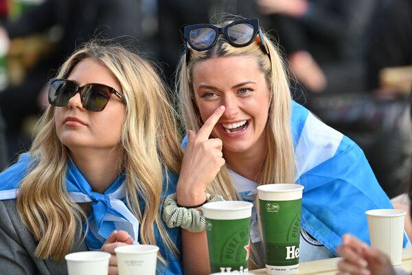 ポーランド・グラスゴーのファンゾーンで、ロンドンで行われているグループD第2節、イングランド対スコットランドの試合中継を見るスコットランドのサポーター - Sputnik 日本