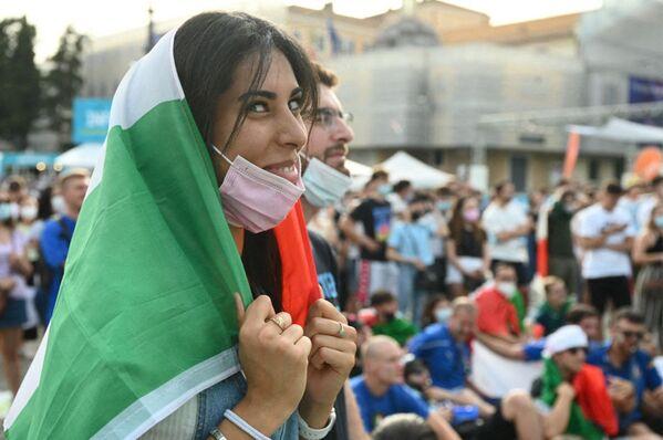 イタリア・ローマのポポロ広場で、グループA第3節、イタリア対ウェールズの試合を観戦するイタリアのサポーター - Sputnik 日本