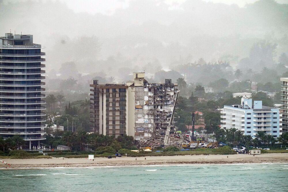 一部が崩落した集合住宅の全景