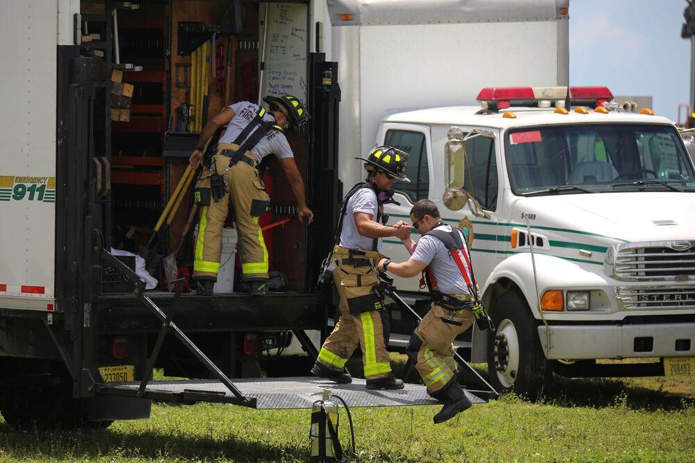 崩落現場で生存者の捜索・救助活動を続ける救助隊員