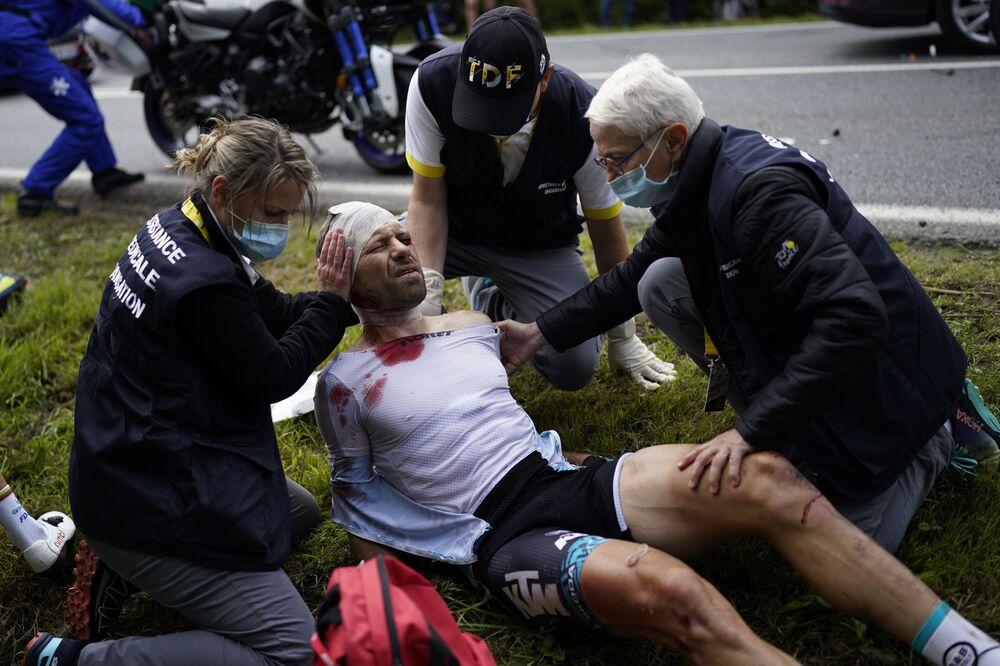 「ツール・ド・フランス」の第1ステージでクラッシュに巻き込まれ、医療手当を受けるフランスのシリル・ルモワンヌ選手