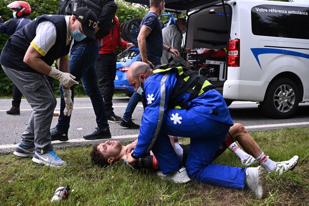 「ツール・ド・フランス」の第1ステージでクラッシュに巻き込まれ、医療手当てを受けるスイスのマルク・ヒルシ選手