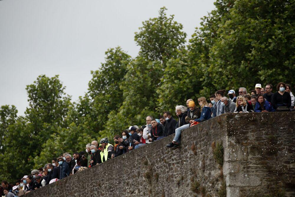 「ツール・ド・フランス」第1ステージの沿道で選手を応援する観客