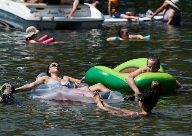 カナダ・ブリティッシュコロンビア州メイプルリッジのアルエット湖で、炎天下の中泳ぐ人々