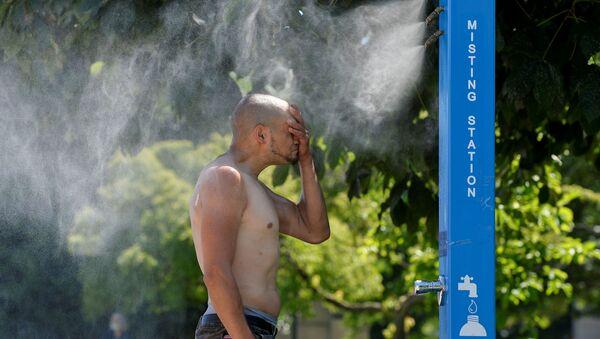 Мужчина охлаждается на станции туманообразования во время палящей жары в Ванкувере, Британская Колумбия - Sputnik 日本