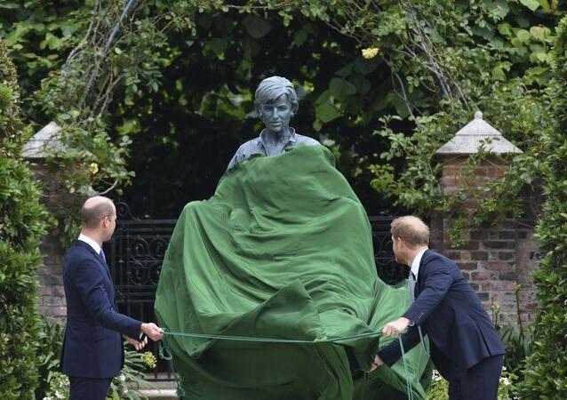 ダイアナ妃の銅像除幕式