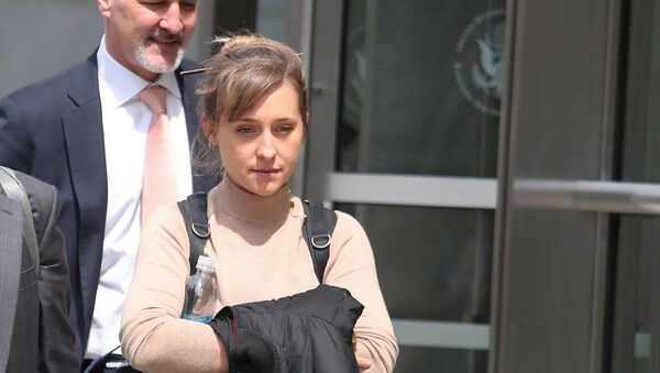 FILE PHOTO: Actress Allison Mack departs the Brooklyn Federal Courthouse after facing charges regarding sex trafficking and racketeering related to the Nxivm cult case in New York, U.S., April 8, 2019. - Sputnik 日本