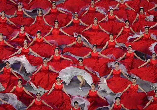 中国・北京で行われた中国共産党創立100周年の記念式典に参加するパフォーマーら
