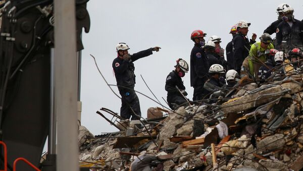 Rescue personnel continue the search and rescue operation for survivors at the site of a partially collapsed residential building in Surfside, near Miami Beach, Florida, U.S. June 30, 2021 - Sputnik 日本