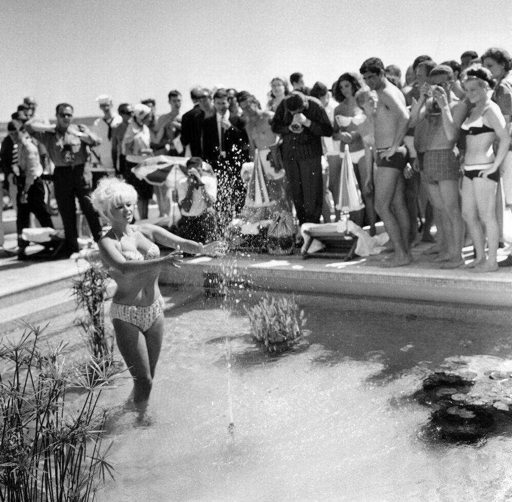 第17回映画祭に出席した米国の女優、ジェーン・マンスフィールド氏(1964年5月12日)