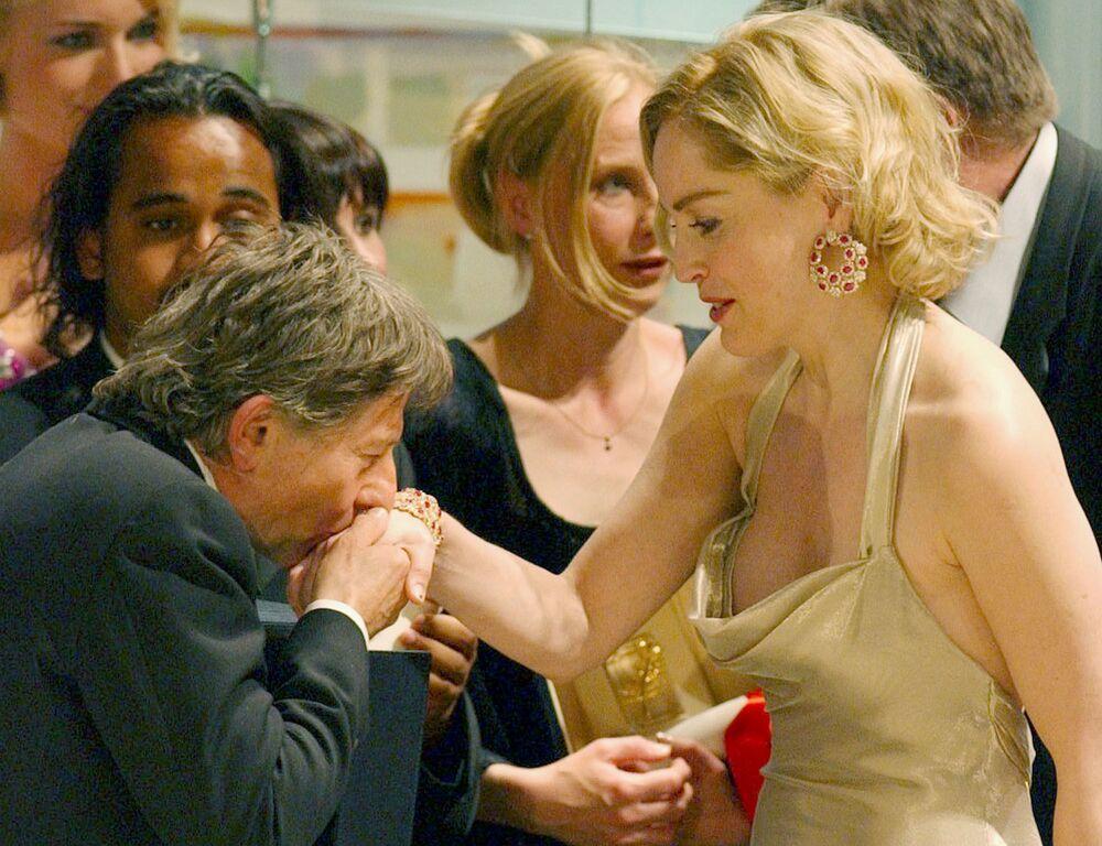 第55回映画祭で、映画『戦場のピアニスト』でパルムドール受賞し、米国の女優シャロン・ストーン氏の手にキスをする映画監督のロマン・ポランスキー氏(2002年5月26日)