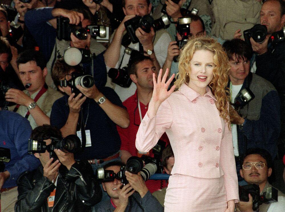 第48回映画祭で、映画『誘う女』の記者会見の前に、カメラマンに手を振るオーストラリア人女優のニコール・キッドマン氏(1995年5月20日)